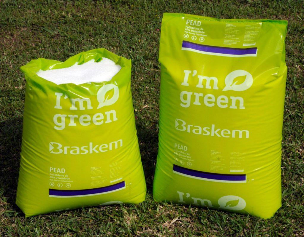 """Sacos de plástico verde, com o escrito """"I'm green"""" (sou verde)"""